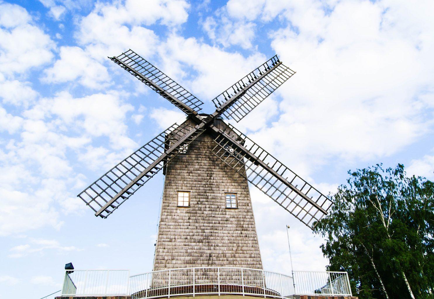 Zabytkowy wiatrak w Korycinie